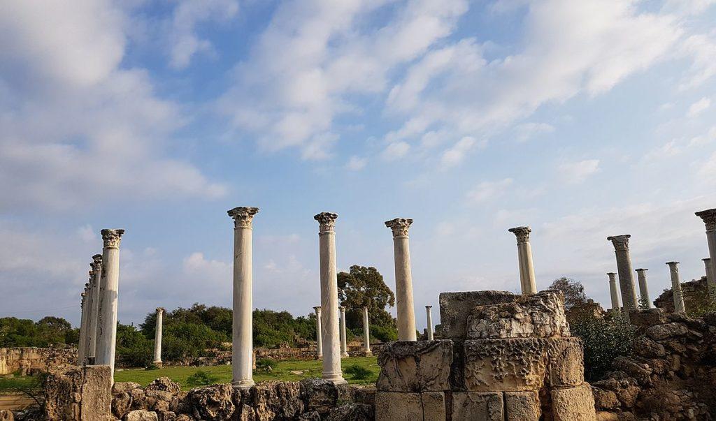 colonnes alignées salamne
